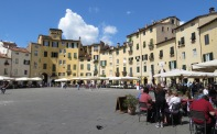 Piazza dell'Anfiteatro - Lucca Italy - by Anika Mikkelson - Miss Maps - www.MissMaps.com