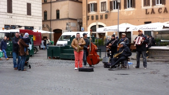 Street Performers in Rome Italy - by Anika Mikkelson - Miss Maps - www.MissMaps.com